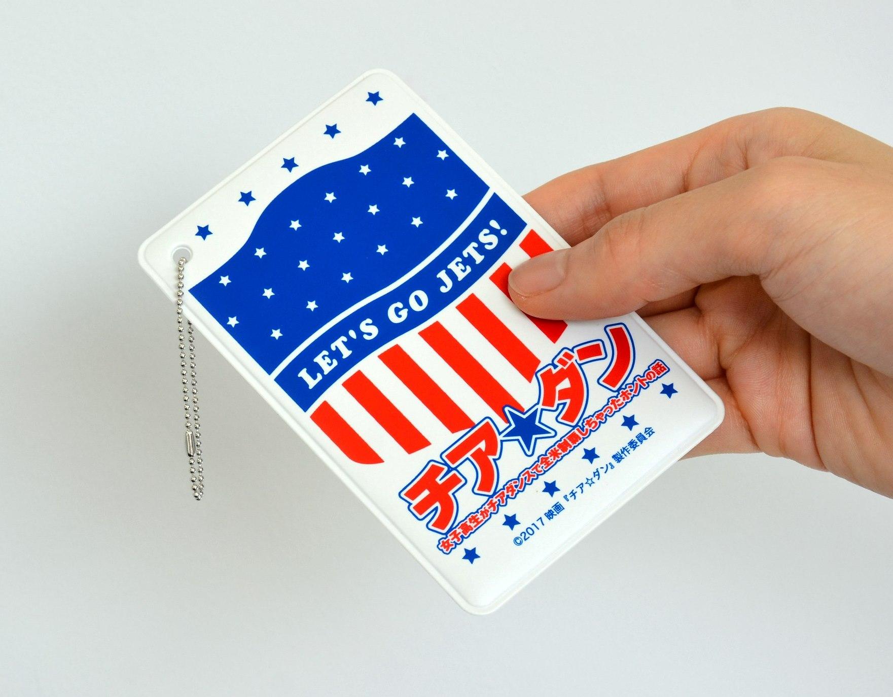 定期やICカードなどを入れて持ち歩けるオリジナルパスケース。 サイズは縦106×横68mm。 チェーン付き。